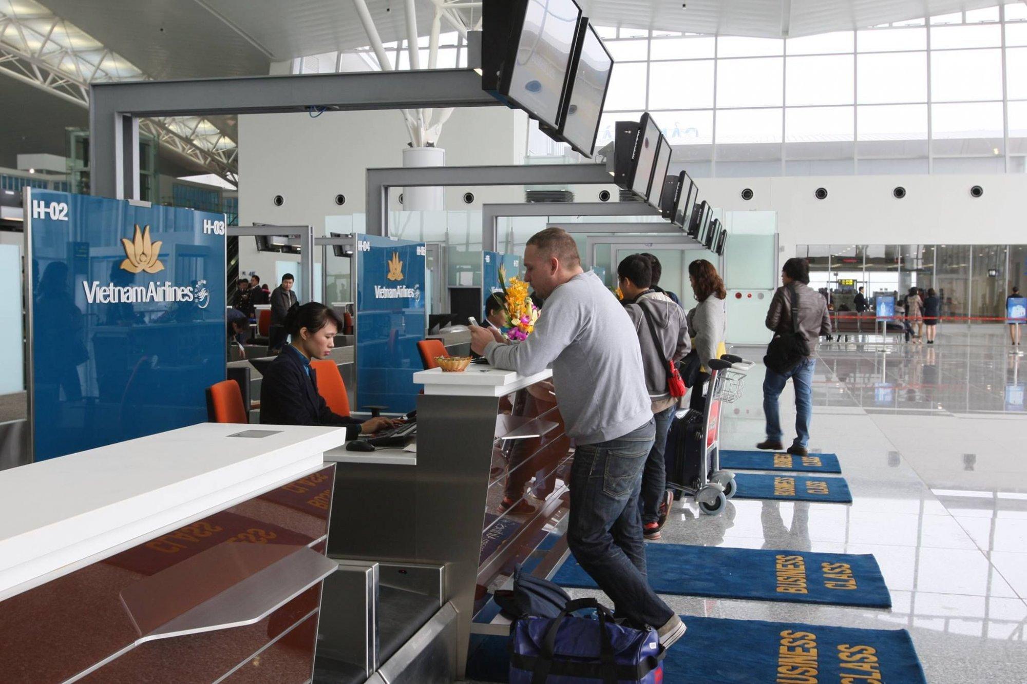 Khách hàng làm thủ tục trước chuyến bay