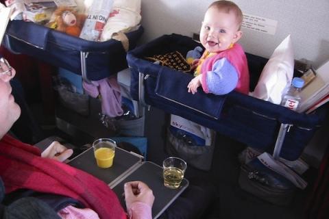 Những thông tin cần biết khi cho em bé dưới 2 tuổi đi máy bay